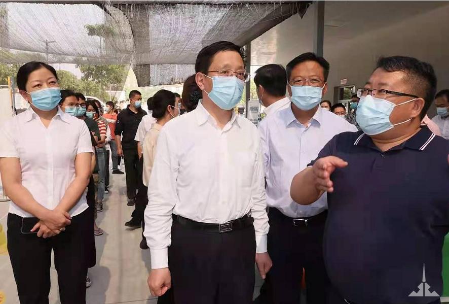 云南省省长王予波、副省长李玛琳亲临瑞丽景成医院检查指导疫情防控工作